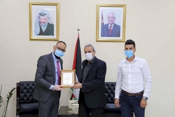 شركة فيتاس فلسطين تكرم محافظ قلقيلية